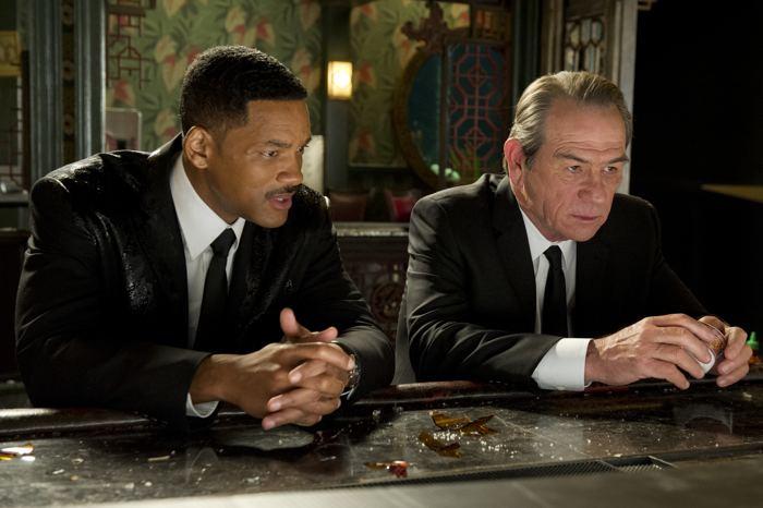агент Джей сталкивается с человеком, который через 25-30 лет станет его напарником – агентом Кеем