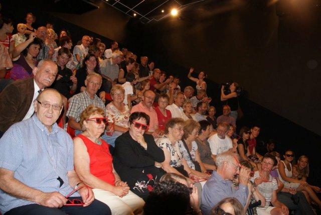 Зрители 3D-кинотеатра в магазине Maison Louis