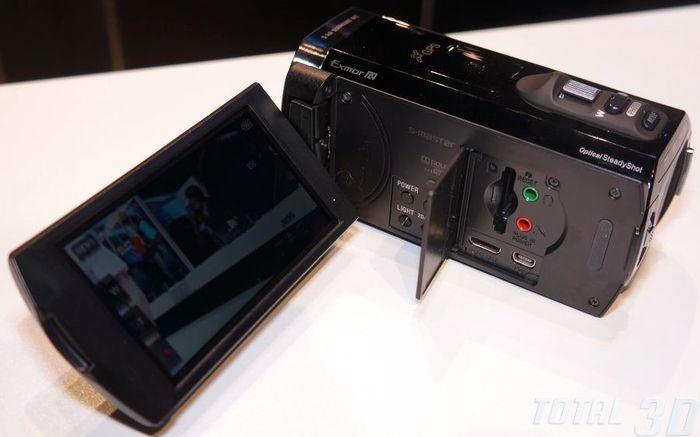 CES 2013: Sony HDR-TD30V, вид сбоку