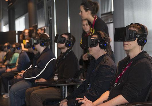 Геймеры играют в EVR на Oculus Rift