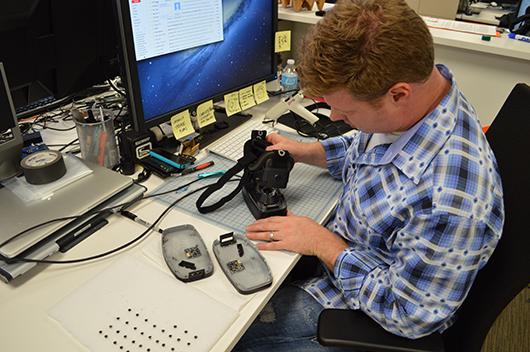 Инженер собирает прототип HD-версии Oculus Rift для демонстрации на выставке E3