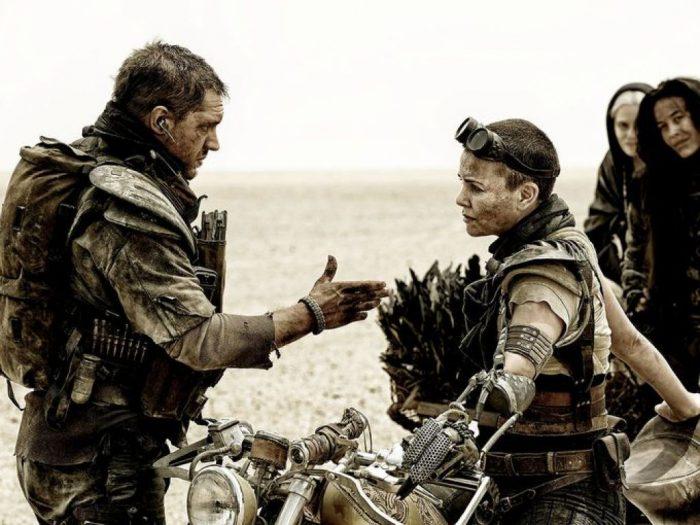 Безумный Макс: Дорога ярости 3D (Mad Max: Fury Road): Шарлиз Терон (Charlize Theron) в роли Фьюриосы (Furiosa) и Безумный Макс в исполнении Тома Харди (Tom Hardy)